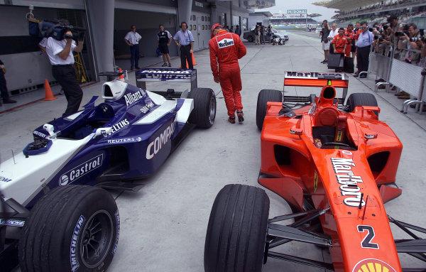 2001 Malaysian Grand Prix.Sepang, Kuala Lumpur, Malaysia. 16-18 March 2001.Rubens Barrichello (Ferrari) second on the grid for tomorrows race, checks out the rear of Ralf Schumacher's Williams FW23 BMW).World Copyright - Steve Etherington/LAT Photographic.ref: 13mb Digital Image