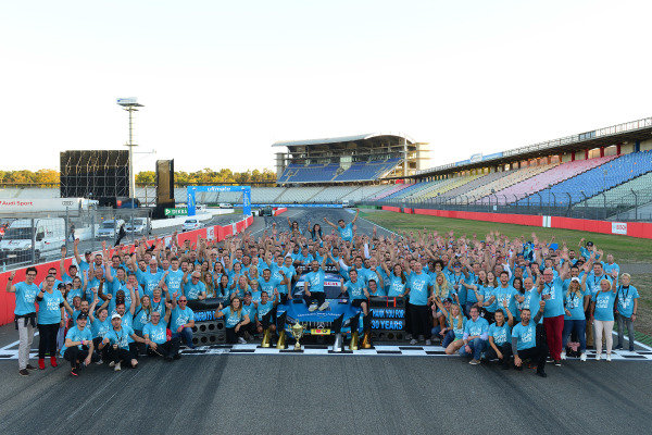 Gary Paffett, Mercedes-AMG Team HWA celebrate with the team.