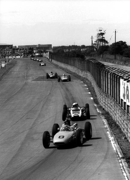 Dan Gurney (USA) Porsche 804, who slipped back with clutch trouble to finish ninth, leads third place finisher Bruce McLaren (NZL) Cooper T60.