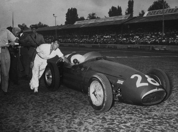 Monza, Italy. 5th September 1954.Stirling Moss (Maserati 250F), 10th position, pushes his car back to the pits after his engine blew, portrait. World Copyright: LAT Photographic.Ref: B/W Print.