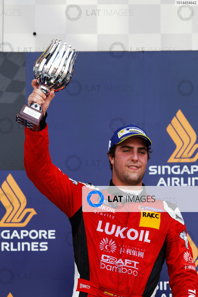 2015 TCR International Series Round 9. Marina Bay Circuit, Singapore. Sunday 20 September 2015. Pepe Oriola, No.74 Team Craft-Bamboo LUKOIL, lifts his trophy on the podium. World Copyright: Sam Bloxham/LAT Photographic. ref: Digital Image _G7C4019