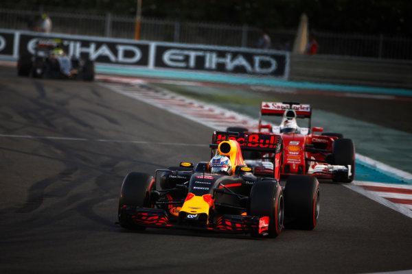 Yas Marina Circuit, Abu Dhabi, United Arab Emirates. Sunday 27 November 2016. Daniel Ricciardo, Red Bull Racing RB12 TAG Heuer, leads Sebastian Vettel, Ferrari SF16-H. World Copyright: Andy Hone/LAT Photographic ref: Digital Image _ONZ0086