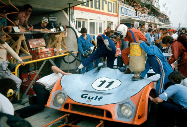 Le Mans, France. 15-16 June 1974.Mike Hailwood/Derek Bell (Gulf Mirage GR7-Ford), 4th position, in the pits. Pitstop.World Copyright: LAT PhotographicRef: 35mm transparency 74LM19