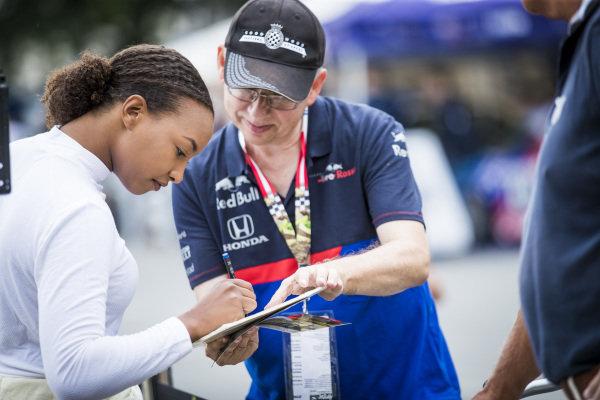 Naomi Schiff (BEL), signs autographs