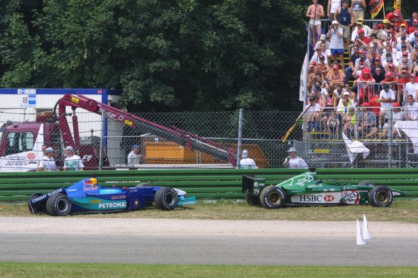 2001 German Grand Prix - RaceHockenheim, Germany. 29th July 2001Pedro De La Rosa, Jaguar R2, and Nick Heidfeld, Sauber Petronas C20, cars are left stranded after the pair collided at the start of the race.World Copyright - LAT PhotographicRef: 9 MB Digital File Only