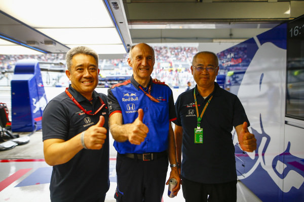 Masashi Yamamoto, General Manager, Honda Motorsport, Franz Tost, Team Principal, Scuderia Toro Rosso, and Toyoharu Tanabe, F1 Technical Director, Honda, give the thumbs up after Qualifying