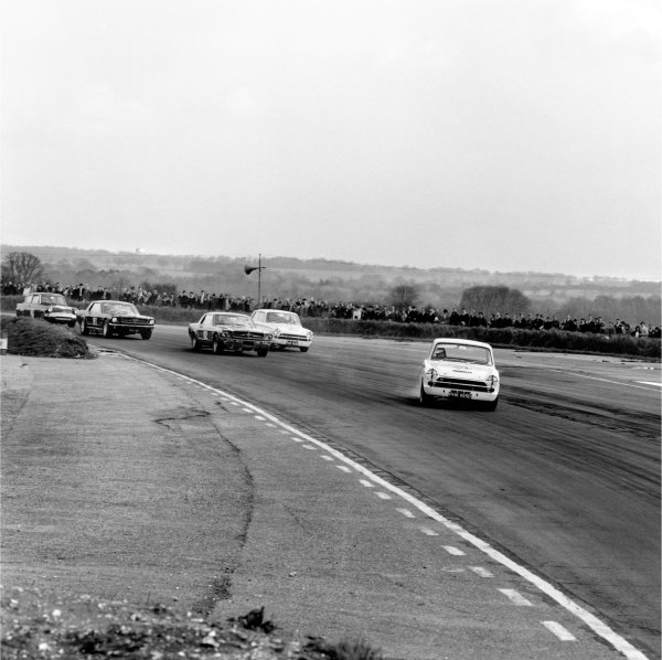 Snetterton, Norfolk, Great Britain. 8th April 1966. Archie Scott-Brown Memorial Trophy Meeting. Jim Clark (Ford Lotus Cortina), 3rd position, drifts his car throught the first corner, leading the field at the start of the race, action.  World Copyright: LAT Photographic. Ref: 32761.