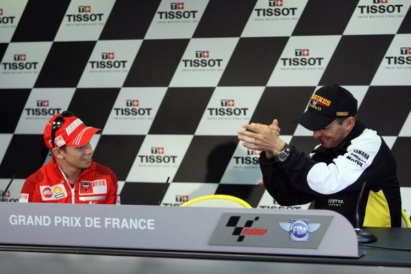 Le Mans, France. 16th - 17th May 2009.Casey Stoner listens intently to Colin Edwards before the pre event press conference begins.World Copyright: Martin Heath/LAT Photographicref: BPI_Moto 898q