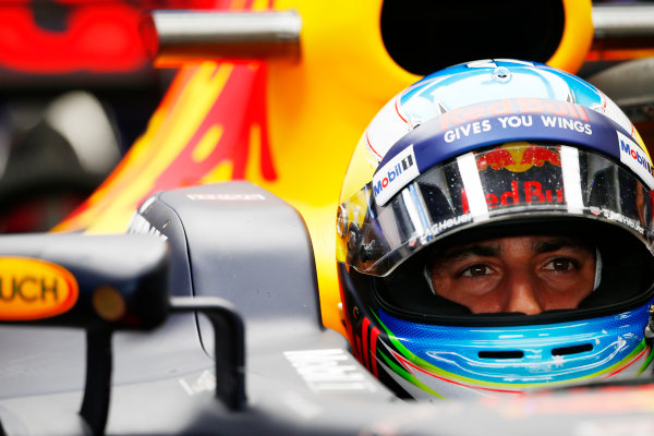 Suzuka Circuit, Japan. Friday 06 October 2017. Daniel Ricciardo, Red Bull Racing RB13 TAG Heuer, sits in the cockpit of his car in the garage. World Copyright: Andy Hone/LAT Images  ref: Digital Image _ONY6820