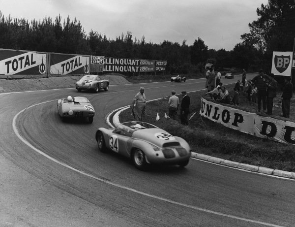Le Mans, France. 25th - 26th June 1960,Maurice Trintignant/Hans Herrmann (Porsche RS60), retired, chases Pierre Lelong/Maurice van der Bruwaene (D B. HBR5 Panhard), 17thpos action. World Copyright: LAT Photographic.Ref: B/WPRINT.