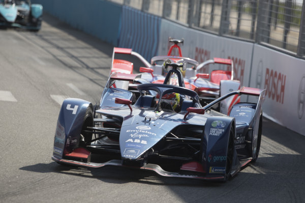 Robin Frijns (NLD), Envision Virgin Racing, Audi e-tron FE07, leads Alexander Sims (GBR), Mahindra Racing, M7Electro