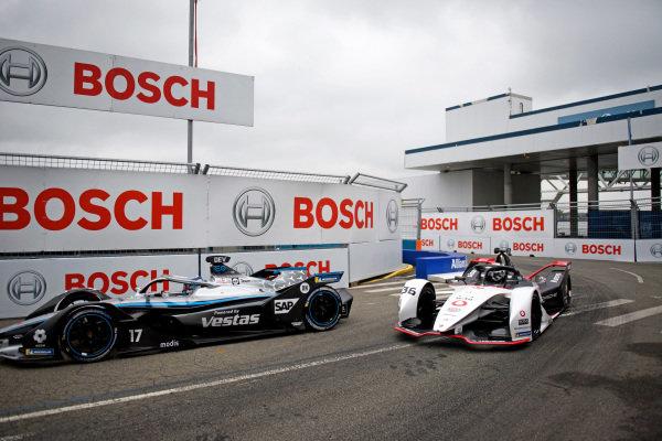 Nyck de Vries (NLD), Mercedes Benz EQ, EQ Silver Arrow 02, leads Andre Lotterer (DEU), Tag Heuer Porsche, Porsche 99X Electric