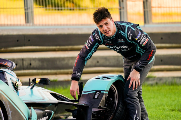 James Calado (GBR), Panasonic Jaguar Racing examines the damage on his Jaguar I-Type 4