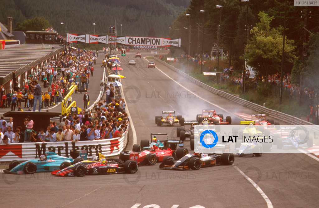 Spa-Francorchamps, Belgium.26-28 August 1988.The field makes its way arround La Source at the start.Ref-88 BEL 01.World Copyright - LAT Photographic