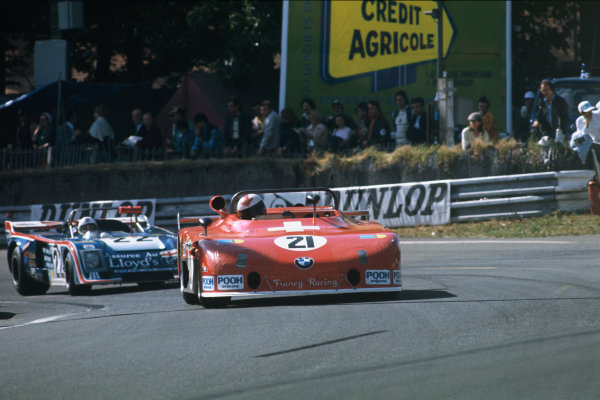 Le Mans, France. 11th - 12th June 1977 Eugen Strahl/Peter Bernhard (Sauber C5 BMW), retired, leads Tony Charnell/Ian Bracey/John Hine (Chevron B31 Ford), retired, action. World Copyright: LAT PhotographicRef: 77LM28.