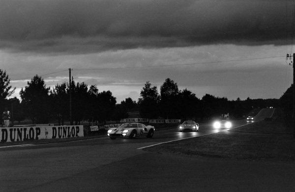 Guy Ligier / Bob Grossmann, Ford France SA, Ford GT40, leads Jo Schlesser /  Alan Rees, Matra Sports SARL, Matra M620 - BRM P56.