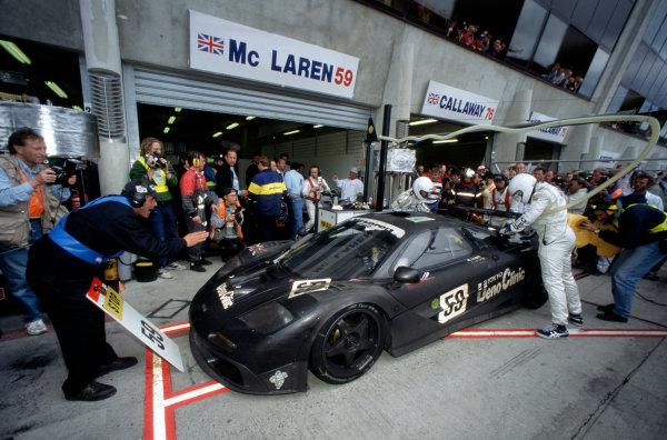 1995 Le Mans 24 hours. Le Mans, France. 17th - 18th June 1995. J.J. Lehto / Yannick Dalmas / Masanori Sekiya (McLaren F1 GTR), 1st position, pit stop action. World Copyright: LAT Photographic Ref: 95 LM d