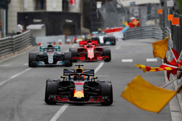 Victor Daniel Ricciardo, Red Bull Racing RB14 Tag Heuer, receives applause from flag-waving marshals, ahead o, Lewis Hamilton, Mercedes AMG F1 W09, Kimi Raikkonen, Ferrari SF71H and Valtteri Bottas, Mercedes AMG F1 W09.