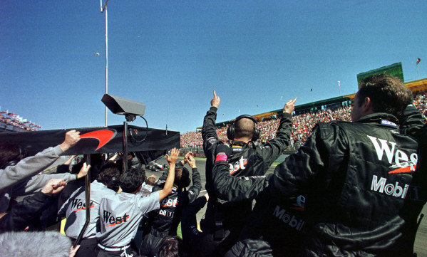 1998 Australian Grand Prix.Albert Park, Melbourne, Australia.6-8 March 1998.Mika Hakkinen (McLaren MP4/13 Mercedes-Benz) 1st position. His mechanics celebrate as he crosses the line.World Copyright - LAT Photographic