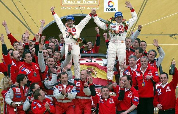 2003 FIA World Rally Championship. Kemer, Turkey. Rd3.26/2-2/3 2003.Carlos Sainz/Marc Marti (Citroen) celebrate their 1st position on the podium, with the team. World Copyright: McKlein/LAT Photographic