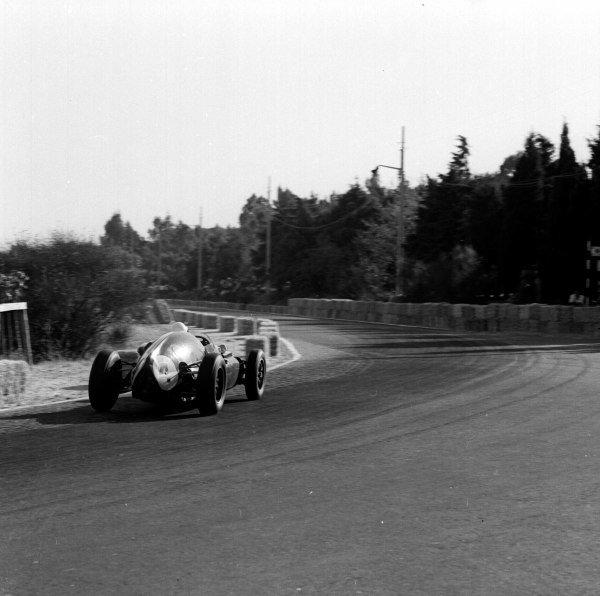 1959 Portuguese Grand Prix.Monsanto, Lisbon, Portugal.21-23 August 1959.Stirling Moss (Cooper T51 Climax) 1st position.Ref-4868.World Copyright - LAT Photographic